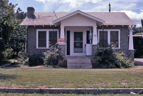 This slide is of the residence at 822 W. 8th Street.   The structure was built in 1905.  Additional information is in the building survey file. - This photograph was taken in April 1986. - SLIDE CONDITION:  Good.