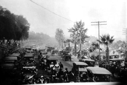 A racing crowd on Grand Boulevard at Corona