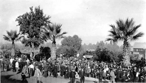 Crowd of people walking about during the 1913/1914 Corona road race.